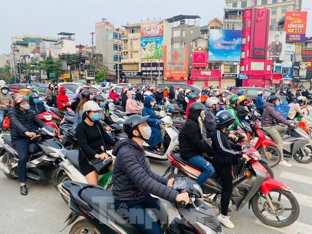 Hà Nội: Người dân lại đổ ra đường, có nơi ùn tắc nhẹ dù đang cách ly xã hội - Ảnh 2.