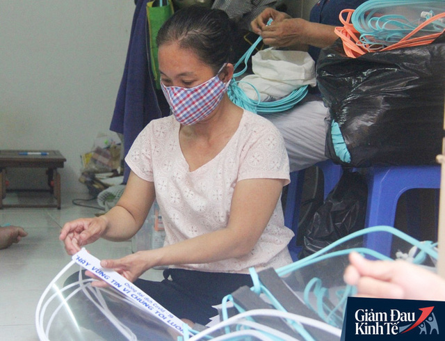 Gặp nữ tiểu thương Sài Gòn xuất hiện trên loạt báo quốc tế khi cùng nhóm bạn tự làm hơn 1.500 chiếc mặt nạ ngăn giọt bắn, tặng các y bác sĩ chống dịch Covid-19 - Ảnh 12.