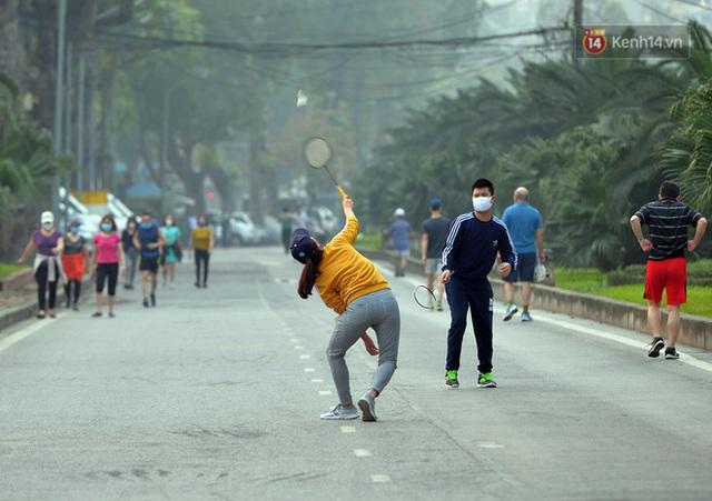 Ảnh: Bất chấp đang trong thời gian cách ly xã hội, các tuyến phố Hà Nội bỗng tấp nập dù không phải giờ cao điểm, nhiều bạn trẻ rủ nhau ra ngoài hẹn hò - Ảnh 14.