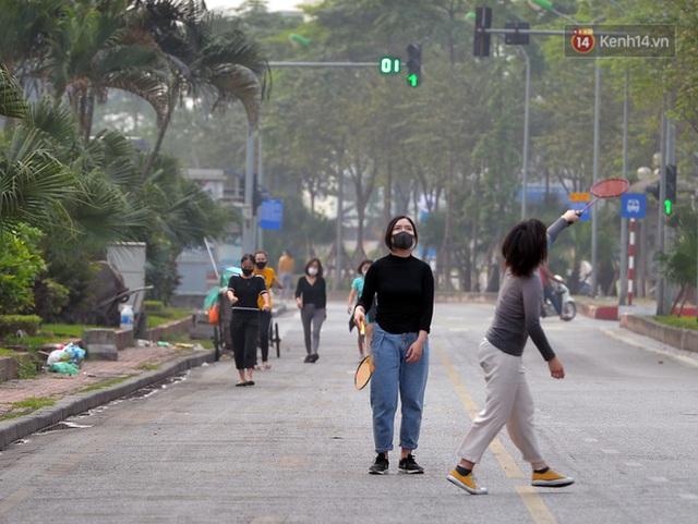 Ảnh: Bất chấp đang trong thời gian cách ly xã hội, các tuyến phố Hà Nội bỗng tấp nập dù không phải giờ cao điểm, nhiều bạn trẻ rủ nhau ra ngoài hẹn hò - Ảnh 15.