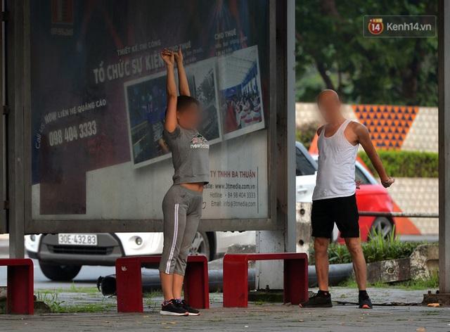 Ảnh: Bất chấp đang trong thời gian cách ly xã hội, các tuyến phố Hà Nội bỗng tấp nập dù không phải giờ cao điểm, nhiều bạn trẻ rủ nhau ra ngoài hẹn hò - Ảnh 16.