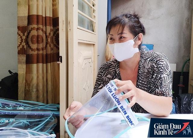 Gặp nữ tiểu thương Sài Gòn xuất hiện trên loạt báo quốc tế khi cùng nhóm bạn tự làm hơn 1.500 chiếc mặt nạ ngăn giọt bắn, tặng các y bác sĩ chống dịch Covid-19 - Ảnh 17.