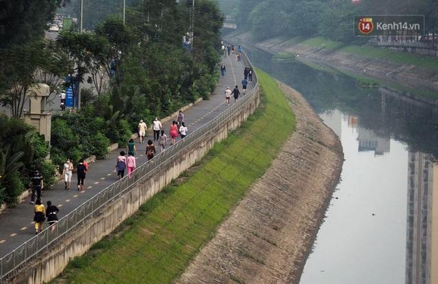 Ảnh: Bất chấp đang trong thời gian cách ly xã hội, các tuyến phố Hà Nội bỗng tấp nập dù không phải giờ cao điểm, nhiều bạn trẻ rủ nhau ra ngoài hẹn hò - Ảnh 18.