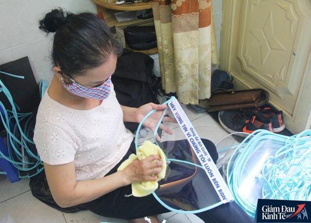 Gặp nữ tiểu thương Sài Gòn xuất hiện trên loạt báo quốc tế khi cùng nhóm bạn tự làm hơn 1.500 chiếc mặt nạ ngăn giọt bắn, tặng các y bác sĩ chống dịch Covid-19 - Ảnh 18.