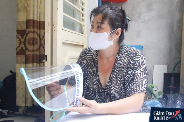 Gặp nữ tiểu thương Sài Gòn xuất hiện trên loạt báo quốc tế khi cùng nhóm bạn tự làm hơn 1.500 chiếc mặt nạ ngăn giọt bắn, tặng các y bác sĩ chống dịch Covid-19 - Ảnh 19.