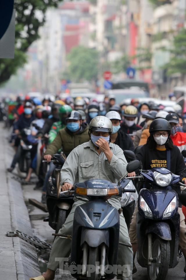 Hà Nội: Người dân lại đổ ra đường, có nơi ùn tắc nhẹ dù đang cách ly xã hội - Ảnh 3.