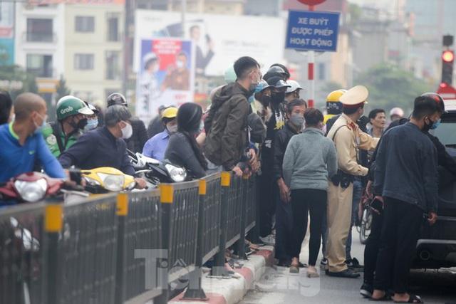 Hà Nội: Người dân lại đổ ra đường, có nơi ùn tắc nhẹ dù đang cách ly xã hội - Ảnh 4.