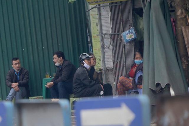 Hà Nội: Người dân lại đổ ra đường, có nơi ùn tắc nhẹ dù đang cách ly xã hội - Ảnh 5.
