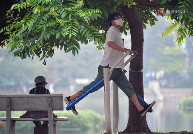Ảnh: Bất chấp đang trong thời gian cách ly xã hội, các tuyến phố Hà Nội bỗng tấp nập dù không phải giờ cao điểm, nhiều bạn trẻ rủ nhau ra ngoài hẹn hò - Ảnh 7.