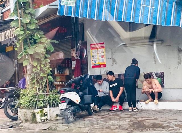Hà Nội: Người dân lại đổ ra đường, có nơi ùn tắc nhẹ dù đang cách ly xã hội - Ảnh 6.