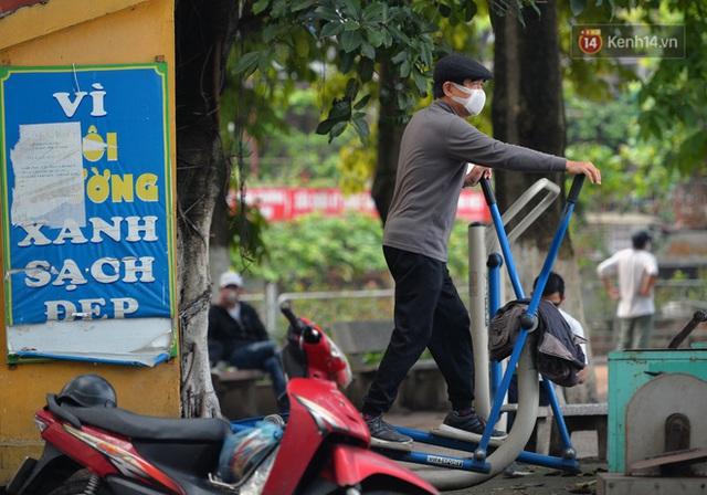 Ảnh: Bất chấp đang trong thời gian cách ly xã hội, các tuyến phố Hà Nội bỗng tấp nập dù không phải giờ cao điểm, nhiều bạn trẻ rủ nhau ra ngoài hẹn hò - Ảnh 8.