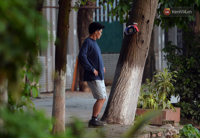 Ảnh: Bất chấp đang trong thời gian cách ly xã hội, các tuyến phố Hà Nội bỗng tấp nập dù không phải giờ cao điểm, nhiều bạn trẻ rủ nhau ra ngoài hẹn hò - Ảnh 9.