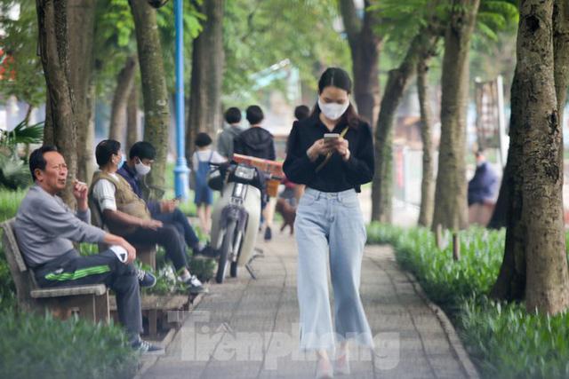 Hà Nội: Người dân lại đổ ra đường, có nơi ùn tắc nhẹ dù đang cách ly xã hội - Ảnh 8.