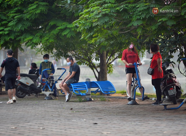 Ảnh: Bất chấp đang trong thời gian cách ly xã hội, các tuyến phố Hà Nội bỗng tấp nập dù không phải giờ cao điểm, nhiều bạn trẻ rủ nhau ra ngoài hẹn hò - Ảnh 10.