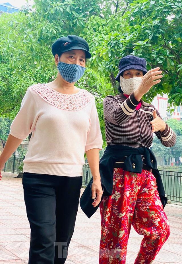 Hà Nội: Người dân lại đổ ra đường, có nơi ùn tắc nhẹ dù đang cách ly xã hội - Ảnh 9.