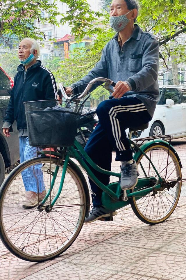 Hà Nội: Người dân lại đổ ra đường, có nơi ùn tắc nhẹ dù đang cách ly xã hội - Ảnh 10.