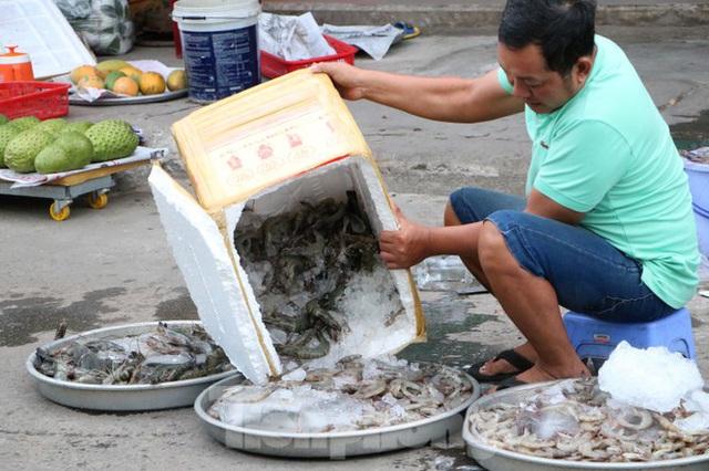 Chợ lớn nhất Phú Quốc nhộn nhịp sau giãn cách xã hội - Ảnh 4.  Chợ lớn nhất Phú Quốc nhộn nhịp sau giãn cách xã hội photo 3 1589121864615682224113