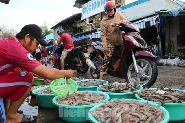 Chợ lớn nhất Phú Quốc nhộn nhịp sau giãn cách xã hội - Ảnh 6.  Chợ lớn nhất Phú Quốc nhộn nhịp sau giãn cách xã hội photo 5 1589121864618742649831
