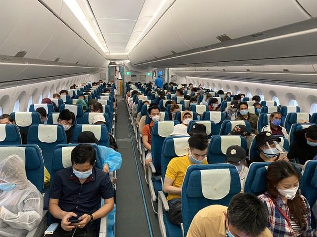 Hơn 270 công dân Việt Nam từ Malaysia về sân bay Đà Nẵng  - Ảnh 1.