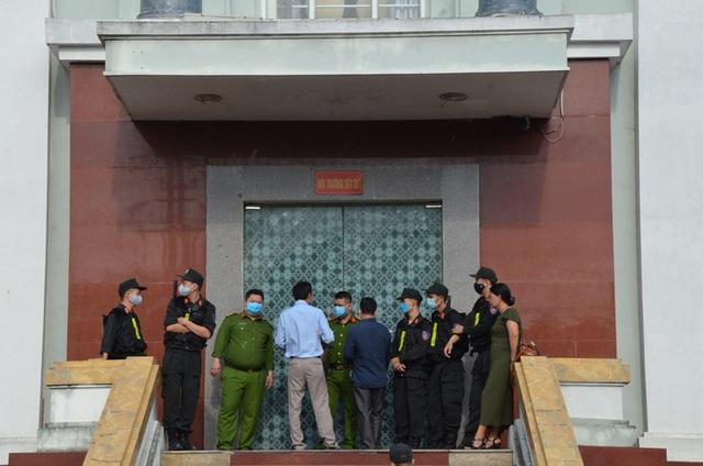 [ẢNH] Quang cảnh phiên xử vợ chồng chủ doanh nghiệp Lâm Quyết liên quan đến Đường Nhuệ - Ảnh 2.