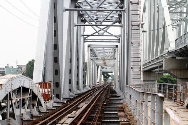 Những nhát búa đầu tiên tháo dỡ cầu trăm         tuổi bắc qua sông Sài Gòn - Ảnh 1.