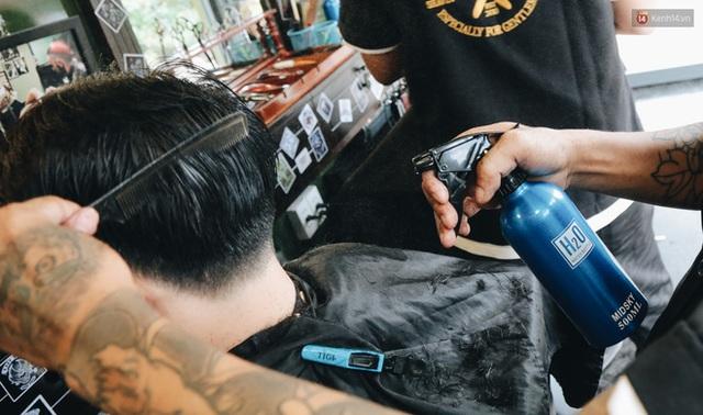 Độc đáo xe cắt tóc lưu động tiền tỷ ở Sài Gòn, khách chỉ cần trả phí bằng... nụ cười tươi - Ảnh 13.