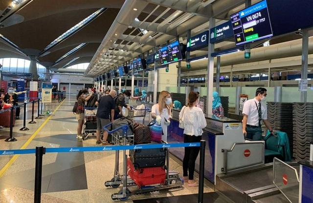 Hơn 270 công dân Việt Nam từ Malaysia về sân bay Đà Nẵng  - Ảnh 3.