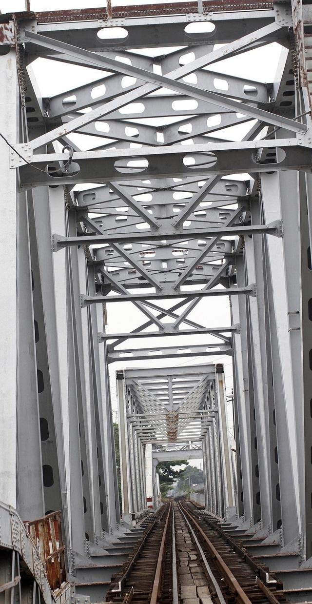 Những nhát búa đầu tiên tháo dỡ cầu             trăm tuổi bắc qua sông Sài Gòn - Ảnh 3.