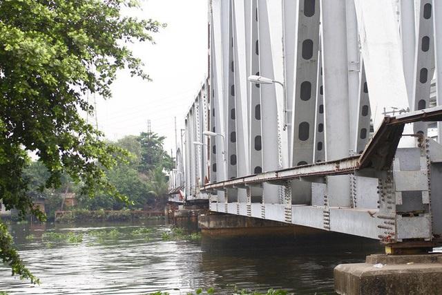 Những nhát búa đầu tiên tháo dỡ cầu               trăm tuổi bắc qua sông Sài Gòn - Ảnh 4.