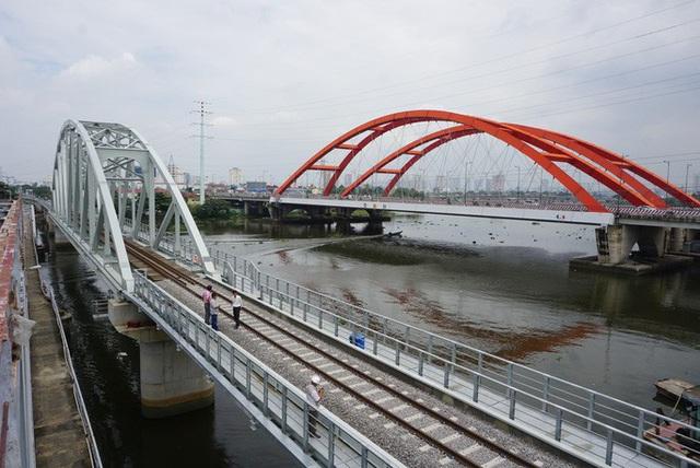 Những nhát búa đầu tiên tháo dỡ cầu trăm tuổi bắc qua sông Sài Gòn  - Ảnh 7.