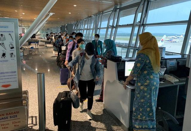 Hơn 270 công dân Việt Nam từ Malaysia về sân bay Đà Nẵng  - Ảnh 8.