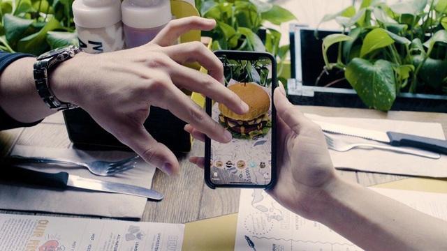 Trải nghiệm ẩm thực cao cấp thời công nghệ số: Bữa ăn sang chảnh qua thực tế ảo có giá cả trăm USD nhưng khách vẫn nườm nượp kéo đến - Ảnh 4.