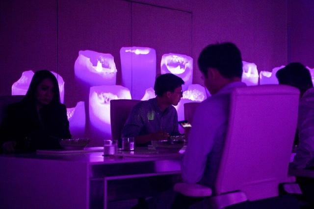 Trải nghiệm ẩm thực cao cấp thời công nghệ số: Bữa ăn sang chảnh qua thực tế ảo có giá cả trăm USD nhưng khách vẫn nườm nượp kéo đến - Ảnh 5.