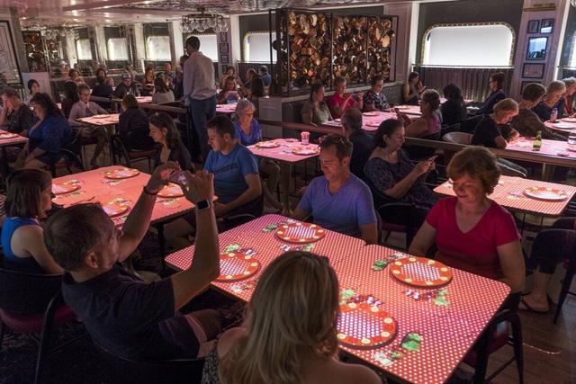 Trải nghiệm ẩm thực cao cấp thời công nghệ số: Bữa ăn sang chảnh qua thực tế ảo có giá cả trăm USD nhưng khách vẫn nườm nượp kéo đến - Ảnh 1.