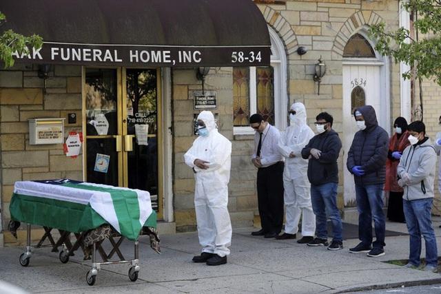 COVID-19: Nhà tang lễ New York hỗn loạn, nhân       viên không thể ngủ ngon vì những cơn ác mộng đeo bám - Ảnh 1.