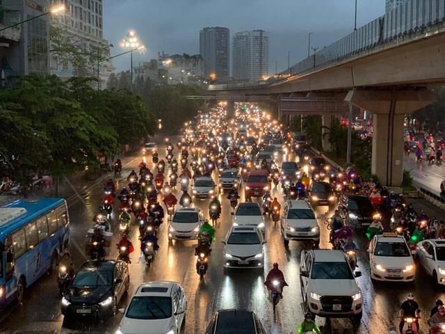 Giờ tan tầm mưa giông xối xả, người Hà Nội vất vả tìm lối về nhà cùng đặc sản tắc đường - Ảnh 11.