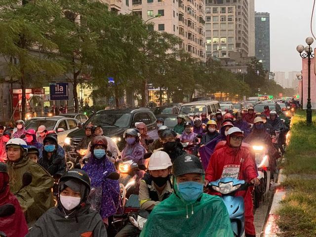 Giờ tan tầm mưa giông xối xả, người Hà Nội vất vả tìm lối về nhà cùng đặc sản tắc đường - Ảnh 6.