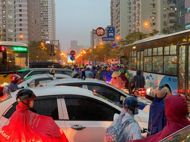Giờ tan tầm mưa giông xối xả, người Hà Nội vất vả tìm lối về nhà cùng đặc sản tắc đường - Ảnh 7.