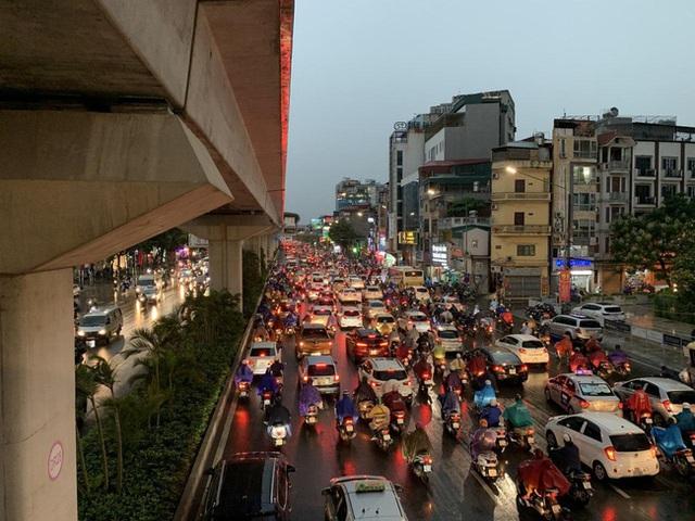 Giờ tan tầm mưa giông xối xả, người Hà Nội vất vả tìm lối về nhà cùng đặc sản tắc đường - Ảnh 9.