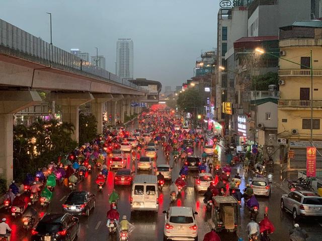 Giờ tan tầm mưa giông xối xả, người Hà Nội vất vả tìm lối về nhà cùng đặc sản tắc đường - Ảnh 10.