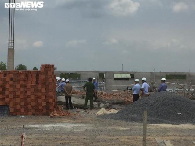 Thứ trưởng Xây dựng đến hiện trường, chỉ đạo điều tra vụ sập tường ở Đồng Nai  - Ảnh 1.
