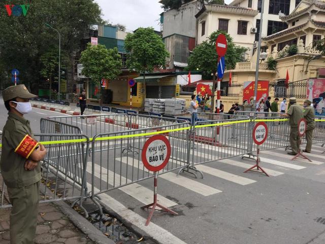 Chi tiết phá dỡ phần sai phạm tòa nhà 8B Lê Trực, Hà Nội - Ảnh 1.