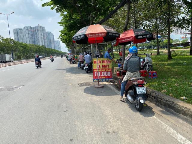 Nhiều người đổ xô mua bảo hiểm xe máy, điểm bán bên đường mọc lên như nấm  - Ảnh 2.