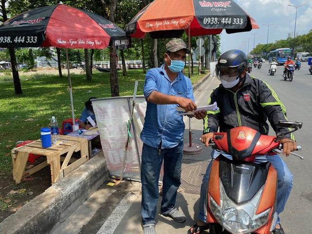Nhiều người đổ xô mua bảo hiểm xe máy, điểm bán bên đường mọc lên như nấm  - Ảnh 3.