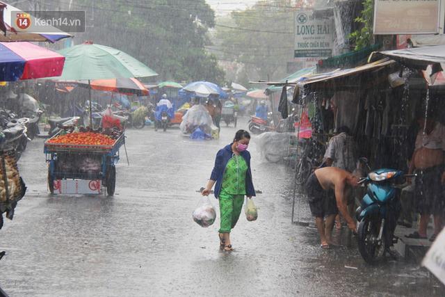 Ảnh: Cơn mưa vàng xối xả giải nhiệt cho Sài Gòn từ sáng sớm, chấm dứt chuỗi ngày nắng nóng kinh hoàng - Ảnh 11.