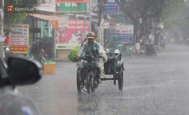 Ảnh: Cơn mưa vàng xối xả giải nhiệt cho Sài Gòn từ sáng sớm, chấm dứt chuỗi ngày nắng nóng kinh hoàng - Ảnh 12.