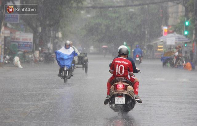Ảnh: Cơn mưa vàng xối xả giải nhiệt cho Sài Gòn từ sáng sớm, chấm dứt chuỗi ngày nắng nóng kinh hoàng - Ảnh 13.