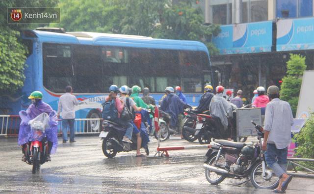 Ảnh: Cơn mưa vàng xối xả giải nhiệt cho Sài Gòn từ sáng sớm, chấm dứt chuỗi ngày nắng nóng kinh hoàng - Ảnh 16.