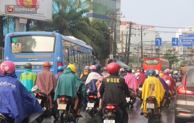 Ảnh: Cơn mưa vàng xối xả giải nhiệt cho Sài Gòn từ sáng sớm, chấm dứt chuỗi ngày nắng nóng kinh hoàng - Ảnh 17.
