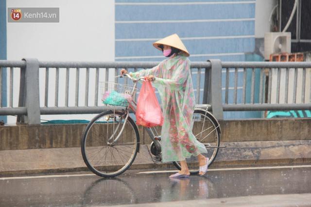 Ảnh: Cơn mưa vàng xối xả giải nhiệt cho Sài Gòn từ sáng sớm, chấm dứt chuỗi ngày nắng nóng kinh hoàng - Ảnh 3.